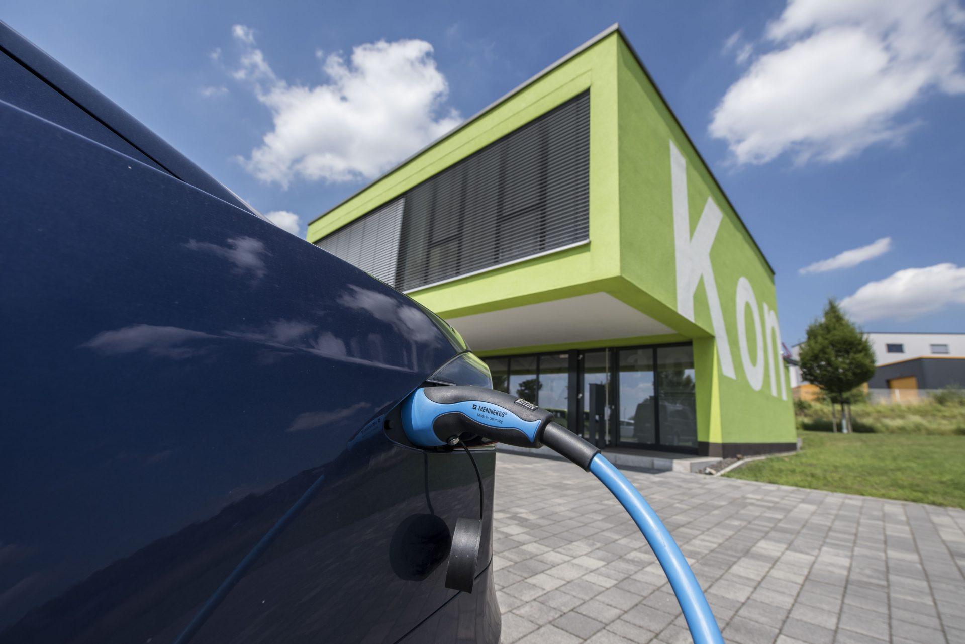 Das Foto zeigt ein Elektroauto beim Laden vor dem Ingenieurbüro Intrakon. Foto: Stadt Recklinghausen