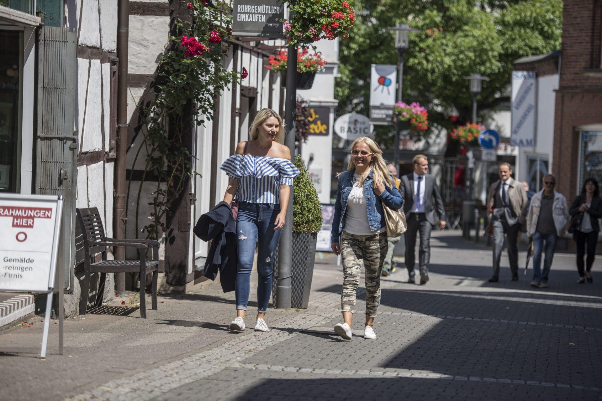 Auf dem Foto sind zwei junge Damen in der Altstadt zu sehen. Foto: Stadt Recklinghausen