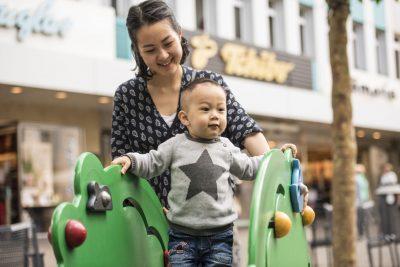 Das Foto zeigt einen spielenden Jungen auf dem Spielplatz in der Altstadt. Foto: Stadt Recklinghausen