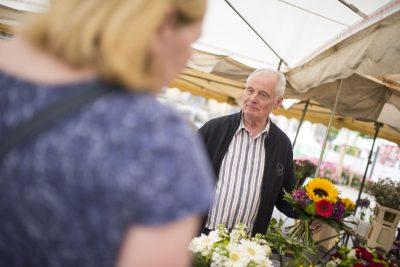 Das Foto zeigt einen Blumenhändler auf dem Marktplatz. Foto: Stadt Recklinghausen