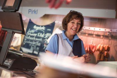 Das Foto zeigt eine Fleischfachverkäuferin. Foto: Stadt Recklinghausen