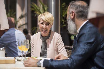 Auf dem Foto ist eine lachende Frau in einem Café in der Altstadt zu sehen. Foto: Stadt Recklinghausen