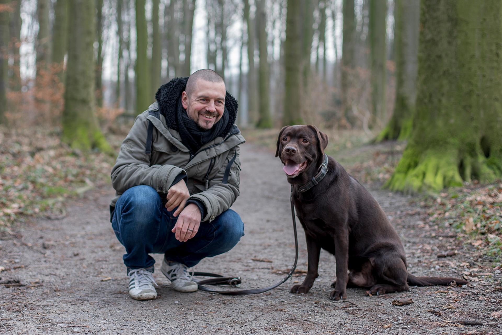 """Tom nassal mit Hund """"Dude"""" beim Spaziergang in Recklinghausen. Foto: Crosscreative"""