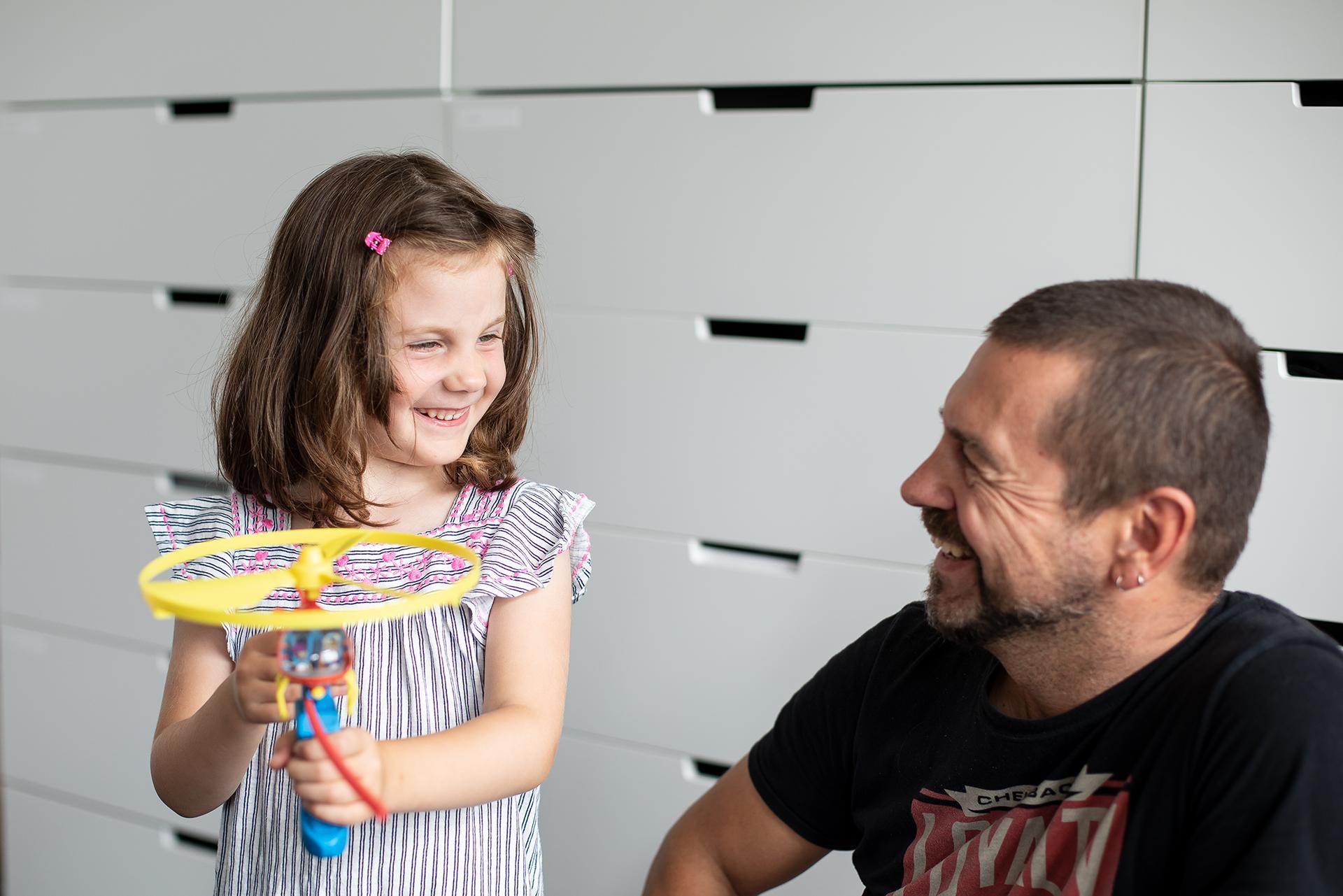 Tom Nassal beim Spielzeugtest mit seiner Tochter Matilda. Foto: Crosscreative