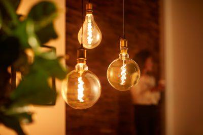 Detailaufnahme von Lampen mit warmen Licht. Foto: click-licht.de